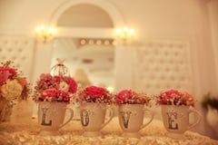 dekorerat bröllop för tabell för rose för fokuspärlapetals grunt Arkivbilder