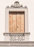 Dekorerat fönster av en italiensk villa Royaltyfria Foton