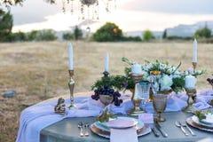 Dekorerat för att gifta sig den eleganta matställetabellen Arkivbilder