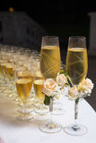 Dekorerat gifta sig exponeringsglas med champagne Arkivbilder