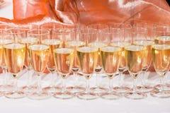 Dekorerat gifta sig exponeringsglas med champagne Arkivfoto