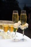 Dekorerat gifta sig exponeringsglas med champagne Royaltyfri Bild