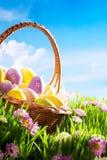 dekorerat gräs för easter äggblommor Arkivfoto