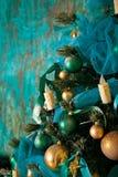 Dekorerat grönt träd för nytt år Arkivfoto