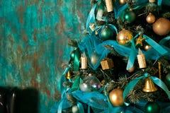 Dekorerat grönt träd för nytt år Arkivfoton