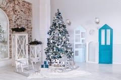 Dekorerat inre rum för jul och för nytt år med gåvor och trädet för nytt år och leksakträhjortar tätt upp kopiera avstånd arkivfoto
