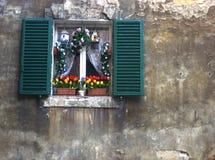 dekorerat italienskt fönster royaltyfri fotografi