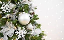 Dekorerat julgranträd på abstrakt mousserande bakgrund med copyspace fotografering för bildbyråer