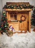 Dekorerat julhus nytt år arkivfoton