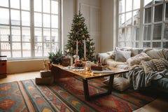 Dekorerat julrum med det härliga granträdet arkivbilder