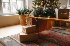 Dekorerat julrum med det härliga granträdet arkivfoto
