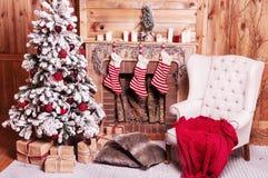 Dekorerat julrum med det härliga granträdet royaltyfria bilder