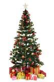 Dekorerat julträd med gåvor på vit bakgrund arkivbild