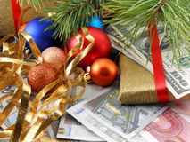 Dekorerat julträd med pengar, traditionellt feriekort för nytt år Royaltyfria Foton