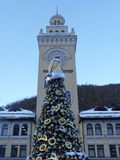 Dekorerat julträd och klockatorn Arkivbilder