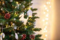 Dekorerat julträd på suddig defocused bakgrund Royaltyfria Foton