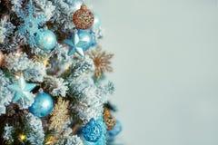 Dekorerat julträd på suddig defocused bakgrund Royaltyfri Foto
