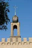 Dekorerat klostertorn med bröstvärn Arkivfoton