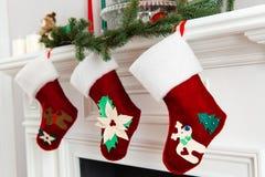 Dekorerat ljust rött hänga för julsockor royaltyfri bild
