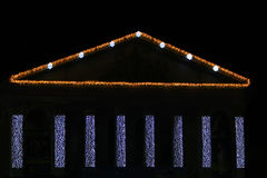 Dekorerat med belysningar på byggnaden i helgdagsaftonen för ` s för nytt år arkivbilder