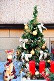 Dekorerat med den lilla julgranen för ljusa och färgrika leksaker Royaltyfri Fotografi