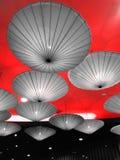 Dekorerat med uppochnervända paraplyer och bra tända Royaltyfri Fotografi
