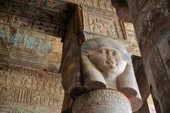 Dekorerat pelare och tak i den Dendera templet, Egypten Royaltyfri Bild