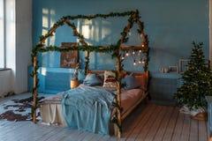 Dekorerat sovrum för jul och för nytt år Vindstil royaltyfria bilder