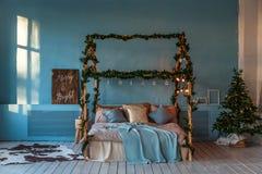 Dekorerat sovrum för jul och för nytt år Vindstil royaltyfria foton