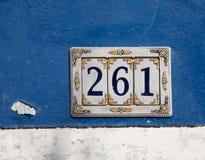 Dekorerat tecken för keramikhusnummer Arkivfoto