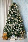 Dekorerat träd för nytt år, julbakgrund Arkivfoto