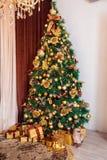 Dekorerat träd för nytt år, julbakgrund Royaltyfria Bilder