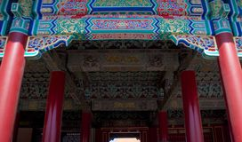 Dekorering för traditionell kines på taket av en byggnad inom Forbiddenet City i Peking, Kina arkivbilder