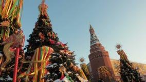 Dekorować choinki na cześć ostatki tydzień w Moskwa blisko placu czerwonego Piękna sceneria od barwionego zdjęcie wideo
