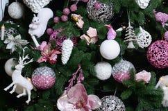 Dekorować choinki zamknięty up Dekoraci żarówka, jedlinowy drzewo, różowy mas bawi się i zaświeca Use dla bożych narodzeń i nowy  fotografia stock