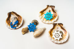 Dekorować denne skorupy z morskim kołem i kotwicą zdjęcia stock
