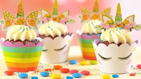 Dekorować dziecka ` s przyjęcia urodzinowego jednorożec o temacie babeczki, zbliżenie Fotografia Royalty Free