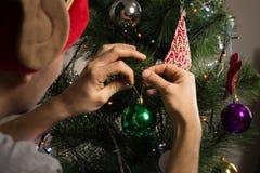 Dekorować futerkowego drzewa z lampionami, girlandami i błyszczącymi zabawkami, fotografia royalty free