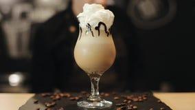Dekorować kawowego napój z batożącym śmietanki i karmelu syropem zamazuj?cy t?o zbiory