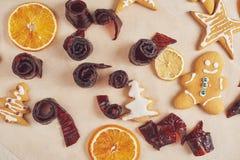 Dekorować korzennego ciastko z białą pomarańcze i glazerunkiem szczęśliwego nowego roku, Zdjęcie Stock