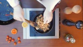 Dekorować owoce morza paella z cytryną Obraz Stock