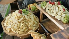 Dekorować serową stację przy korporacyjnym przyjęciem lub ślubem Catering us?uga Stacja z wielkim asortowanym serem zdjęcie wideo