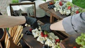 Dekorować serową stację przy korporacyjnym przyjęciem lub ślubem Stacja z wielkim asortowanym serowym cheddarem, Gorgonzola zbiory