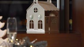 Dekorujący świąteczny boże narodzenie stół zdjęcie wideo