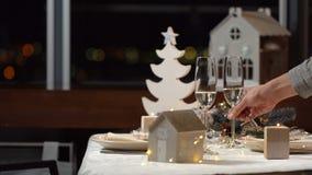 Dekorujący świąteczny boże narodzenie stół zbiory wideo