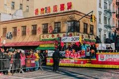 Dekoruję pływakowy podróżować w Księżycowej nowy rok paradzie w Chinatown, Manhattan fotografia stock