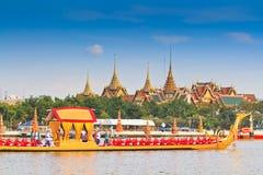 Dekorująca barka paraduje za Uroczystym pałac przy Chao Phraya rzeką Fotografia Royalty Free