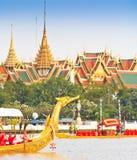 Dekorująca barka paraduje za Uroczystym pałac przy Chao Phraya rzeką Zdjęcia Royalty Free