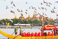 Dekorująca barka paraduje za Uroczystym pałac przy Chao Phraya rzeką Obraz Stock