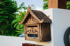 Dekorująca drewniana skrzynka pocztowa z śrubowych rygli poparciem Fotografia Stock